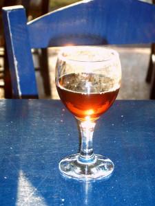 Ein Glas des roten Visanto-Weines