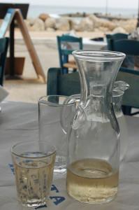 Retsina in einer Taverna am Meer