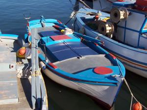 Kleines Fischerboot im Hafen