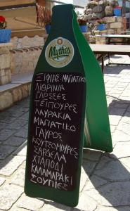 Werbetafel von Mythos Bier vor einer Psarotaverna