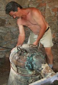 Bauer beim Brennen seines eigenen Tsiouros