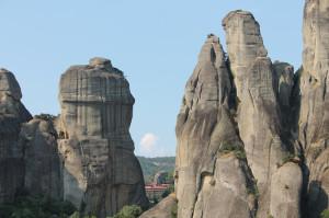 Blick auf die Sandsteinfelsen, zwischen denen eines der Meteoraklöstern zu sehen ist